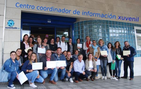 Cecilia Vázquez entrega os diplomas aos participantes no curso de Información Xuvenil